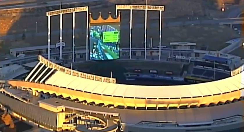 televizni-reporteri-leteli-natocit-zabery-stadionu-objevili-ze-se-tam-hraje-mario-kart